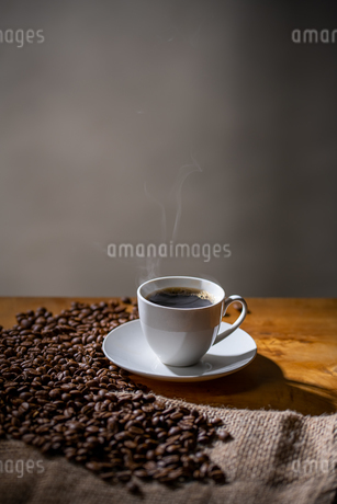 Cup of coffee and coffee beans on burlap sack.の写真素材 [FYI04289106]