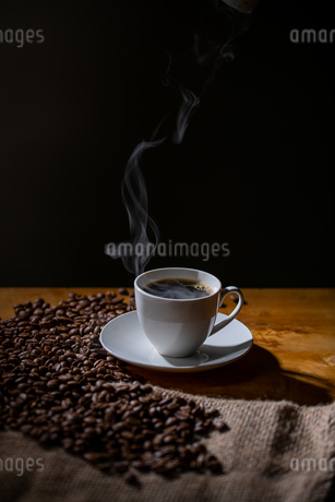 Cup of coffee and coffee beans on burlap sack.の写真素材 [FYI04289143]