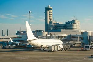 飛行機の中からターミナルビルやボーディングブリッジの写真素材 [FYI04289211]