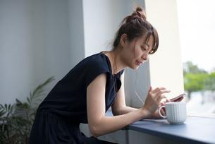 スマホを見ている女性の写真素材 [FYI04289635]