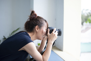 写真を撮影している女性の写真素材 [FYI04289675]