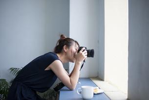 写真を撮影している女性の写真素材 [FYI04289676]