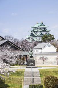 名古屋城天守と加藤清正像の写真素材 [FYI04289713]