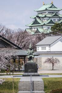 名古屋城天守を背景に見る加藤清正像の写真素材 [FYI04289718]