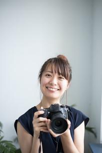 カメラを持って笑っている女性の写真素材 [FYI04289840]