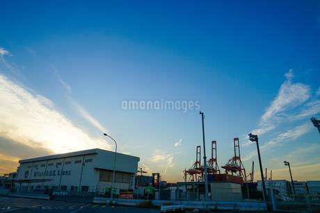 横浜港のクレーン群と夕景の写真素材 [FYI04290001]