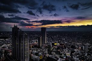 東京都庁の展望台から見える新宿の都市風景と夕景の写真素材 [FYI04290047]