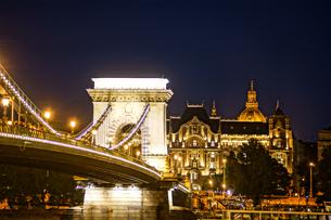 セーチェーニ鎖橋の夜景(ハンガリー・ブダペスト)の写真素材 [FYI04290057]