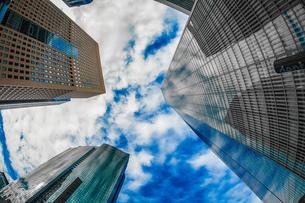 東京都港区・汐留のオフィスビル群と青空の写真素材 [FYI04290073]