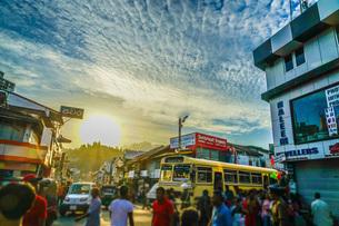 スリランカ・キャンディの街並み(ペラヘラ祭り)の写真素材 [FYI04290112]