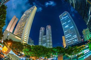 東京新宿の高層ビル群の夜景の写真素材 [FYI04290125]