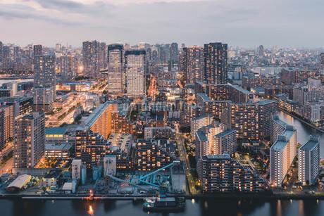夕暮れの東京・豊洲の都市景観の写真素材 [FYI04290492]