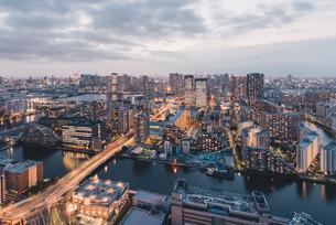 夕暮れの東京・豊洲の都市景観の写真素材 [FYI04290493]