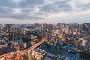夕暮れの東京・豊洲の都市景観の写真素材 [FYI04290494]