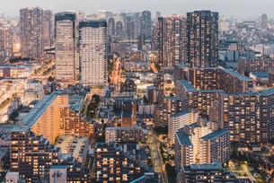 夕暮れの東京・豊洲の都市景観の写真素材 [FYI04290495]