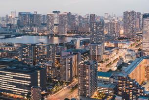 夕暮れの東京・豊洲の都市景観の写真素材 [FYI04290496]