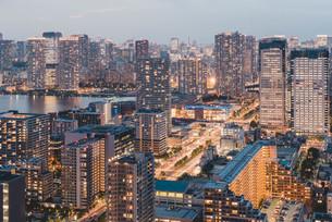 夕暮れの東京・豊洲の都市景観の写真素材 [FYI04290497]