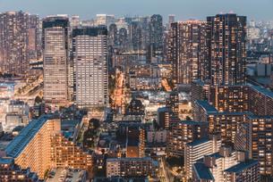 夕暮れの東京・豊洲の都市景観の写真素材 [FYI04290498]