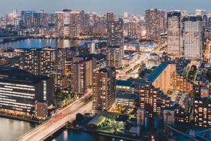 夕暮れの東京・豊洲の都市景観の写真素材 [FYI04290500]