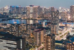 夕暮れの東京・豊洲の都市景観の写真素材 [FYI04290501]