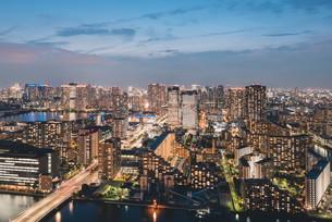 夕暮れの東京・豊洲の都市景観の写真素材 [FYI04290502]