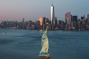 自由の女神とニューヨークの街並みの写真素材 [FYI04290569]