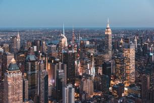 空から見る夕暮れのニューヨーク・マンハッタンの写真素材 [FYI04290579]
