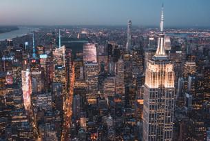 空から見るニューヨーク・マンハッタンの夜景の写真素材 [FYI04290596]