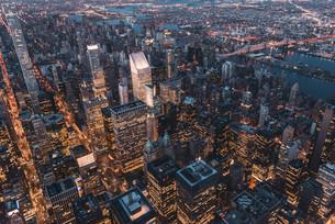 空から見るニューヨーク・マンハッタンの夜景の写真素材 [FYI04290598]