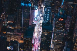 夜のニューヨーク・タイムズスクエアの写真素材 [FYI04290599]