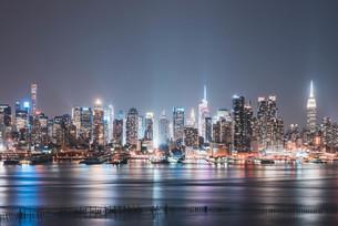 ニューヨーク・マンハッタンの夜景の写真素材 [FYI04290610]