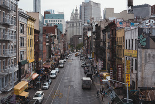 ニューヨーク・チャイナタウンの街並みの写真素材 [FYI04290613]
