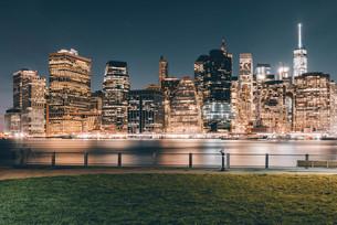 ニューヨーク・ロウアーマンハッタンの夜景の写真素材 [FYI04290630]