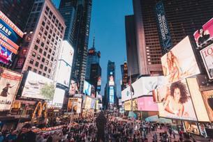 夜のニューヨーク・タイムズスクエアの写真素材 [FYI04290653]