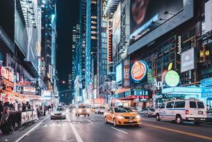 夜のニューヨーク・マンハッタン42丁目の写真素材 [FYI04290658]