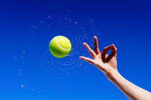 テニスボールと青空の写真素材 [FYI04290709]
