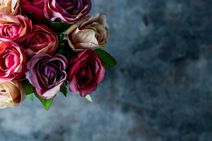 Artificial antique roses on stony background.の写真素材 [FYI04291078]