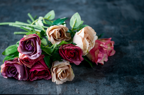 Artificial antique roses on stony background.の写真素材 [FYI04291097]