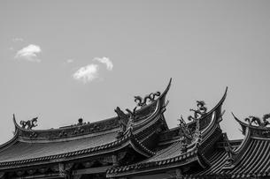 行天宮と青空(台湾・台北)の写真素材 [FYI04291102]