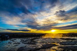 ゲイシール間欠泉と朝焼け(アイスランド)の写真素材 [FYI04291103]