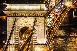 セーチェーニ鎖橋の夜景(ハンガリー・ブダペスト)の写真素材 [FYI04291130]