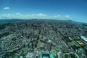 台北101から見える台北の街並みと青空の写真素材 [FYI04291141]