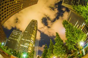 東京新宿の高層ビル群の夜景の写真素材 [FYI04291142]