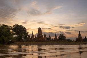 タイ アユタヤ遺跡の夕暮れの写真素材 [FYI04291193]