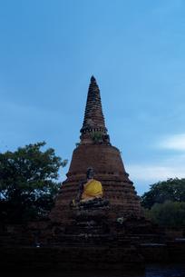 タイ アユタヤ 夜明けの遺跡の写真素材 [FYI04291197]