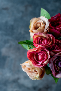 Artificial antique roses on stony background.の写真素材 [FYI04291334]