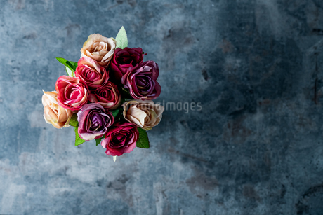 Artificial antique roses on stony background.の写真素材 [FYI04291335]