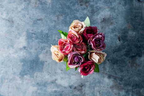 Artificial antique roses on stony background.の写真素材 [FYI04291336]