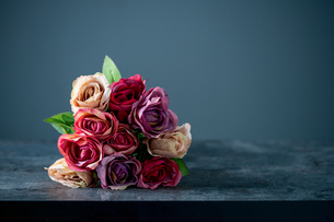 Artificial antique roses on stony background.の写真素材 [FYI04291338]