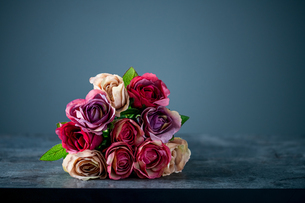 Artificial antique roses on stony background.の写真素材 [FYI04291339]